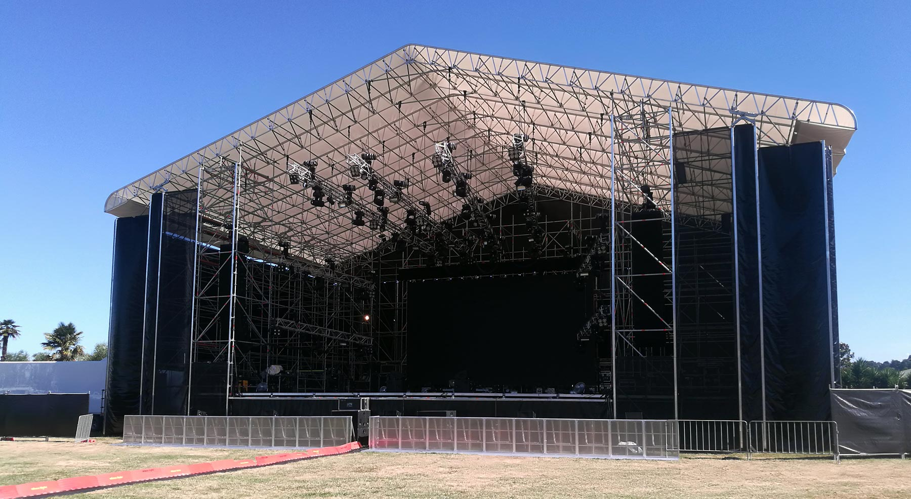 https://rocketscaffold.co.nz/wp-content/uploads/2019/08/img-rocket-scaffolding-hero-concert-staging-sideview-crop-1800px-new.jpg